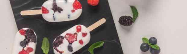 Mini gelati allo yogurt e frutti di bosco: una merenda per rifrescarsi sotto il sole
